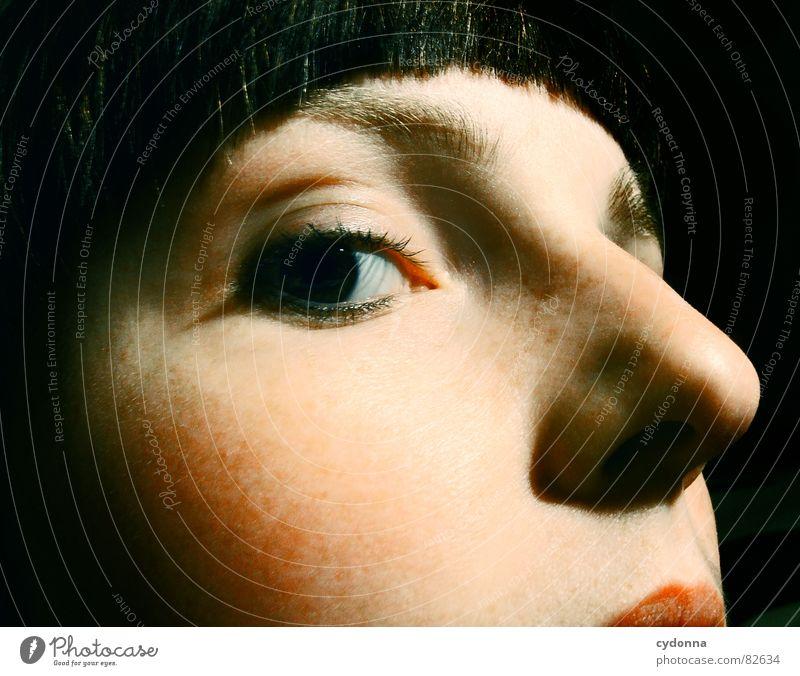 Like a Diva Porträt Frau Gesicht Aussehen Lippen Haarschnitt Auslöser Selbstportrait Gefühle Blick dunkel Nacht Stil Detailaufnahme Wange Sommersprossen eitel