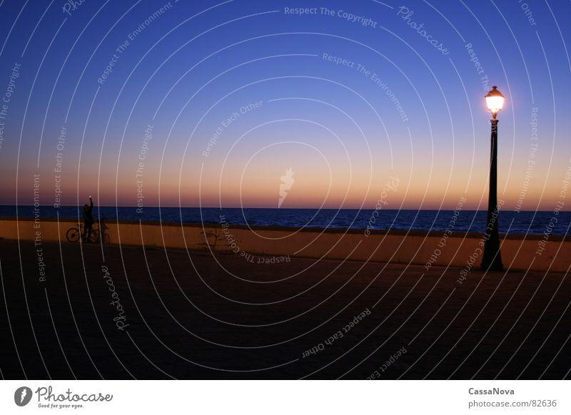 Leucht - turm Mensch Himmel blau Meer Lampe Hafen Abenddämmerung