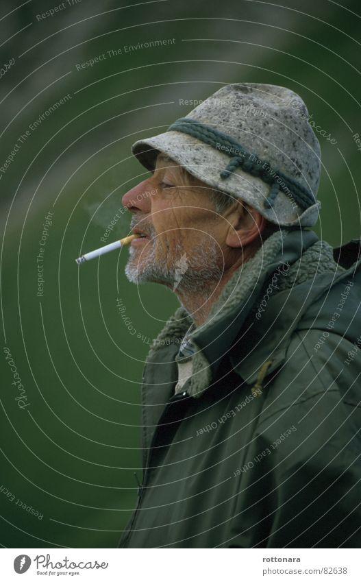 Davide Mann grün Sommer Senior Nebel maskulin Pause Rauchen Jacke Hut Landwirt Zigarette genießen Weide Alm