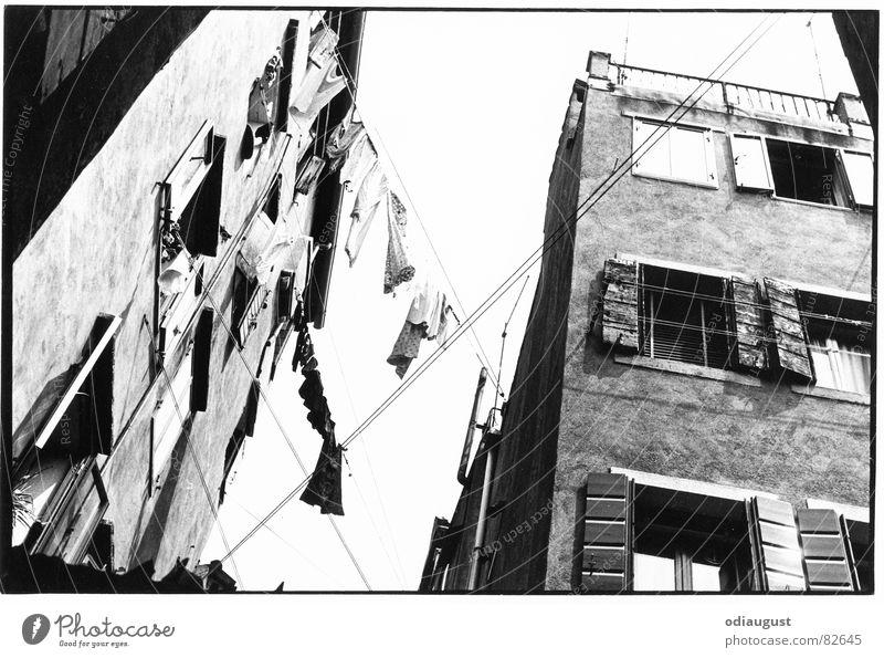 komm rüber... Haus Altbau Wäsche Italien Venedig Architektur Palazzo Schwarzweißfoto Straße Altstadt