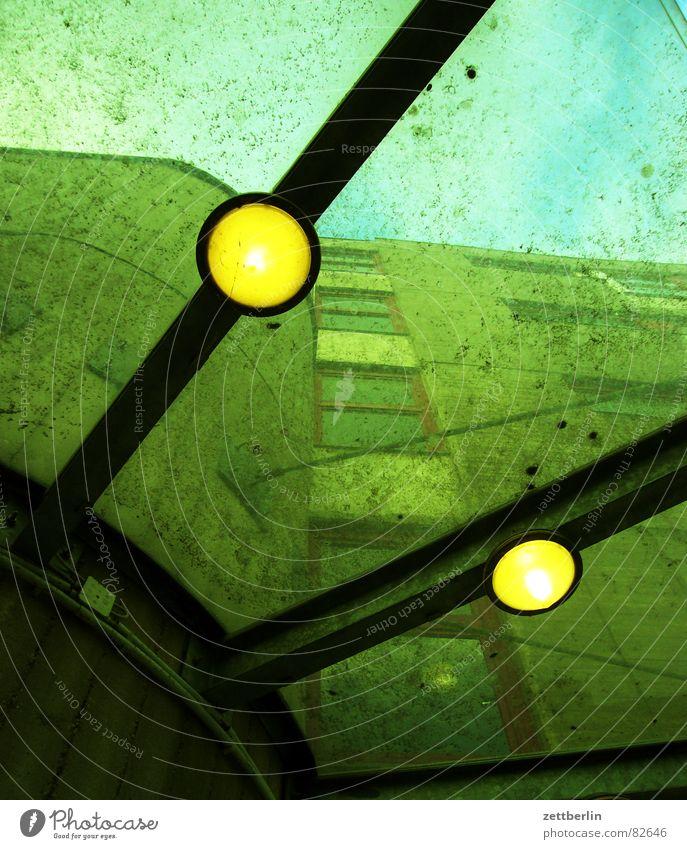Froschperspektive {f} = worm's-eye view Haus Lampe dreckig Perspektive Dach Vergänglichkeit Sauberkeit verfallen Eingang Glühbirne Strebe aufräumen Vordach