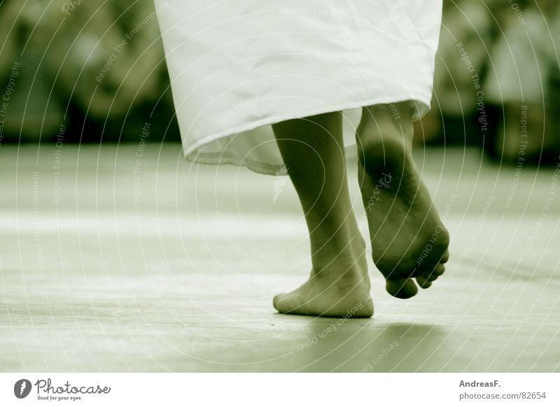 barfuss Sommer Fuß Beine dreckig gehen laufen Spaziergang Zehen Laufsteg Fußsohle schmuddelig Modenschau