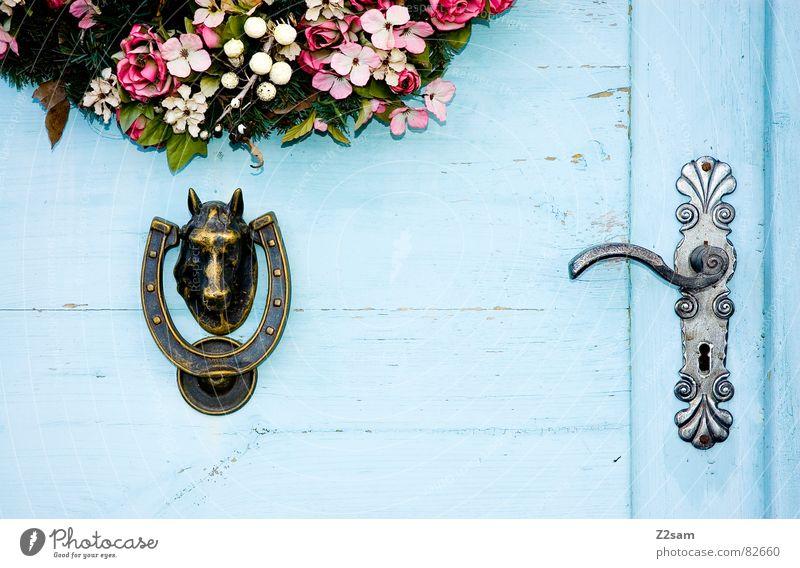 feige/mutig oben Pferdekopf Griff Blume Kranz Schlüsselloch ländlich Landhaus Eingang geschlossen Häusliches Leben Tür blau offen Holztür Beschläge Türklopfer