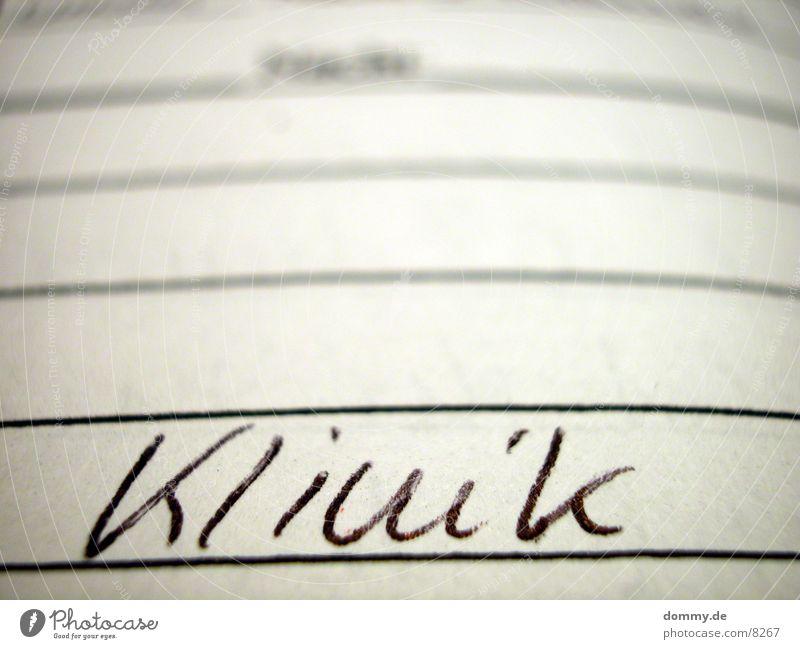 Klinik ? Krankenhaus Typographie Handschrift Blatt Makroaufnahme Nahaufnahme Schriftzeichen weis