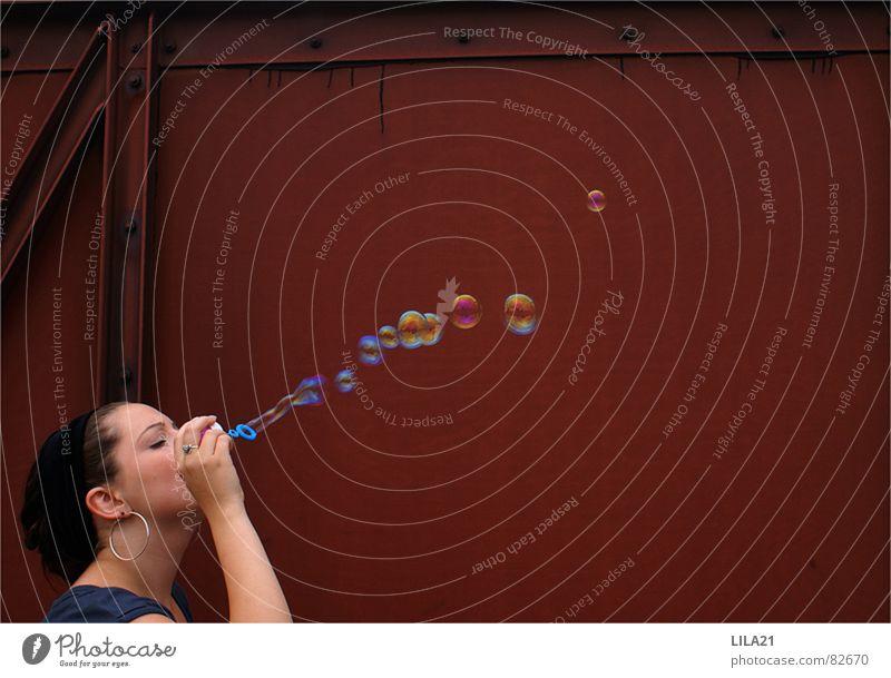 Plop! rot Frau Haarband Eisenbahn kindlich Spielen Regenbogen Seife Außenaufnahme Seifenblase schön Lokomotive Freude Junge Frau Dame kindisch bubbles Ohrringe