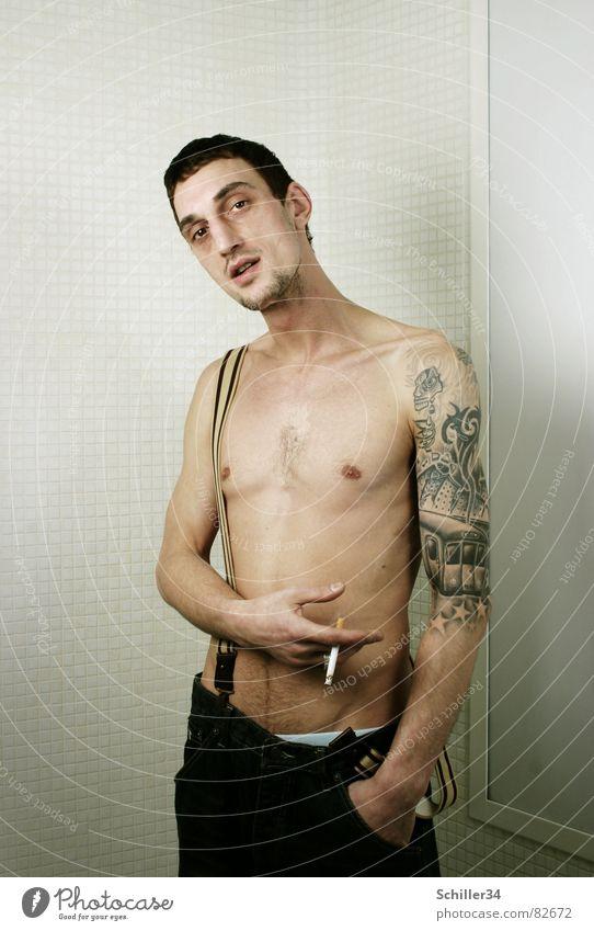 Saession Mann Model nackt Brustbehaarung Hose Shorts braun grün rot dunkel strahlend schwarz bleich Zigarette Unterhose Gürtel Hosenträger Bart Hand Tattoo
