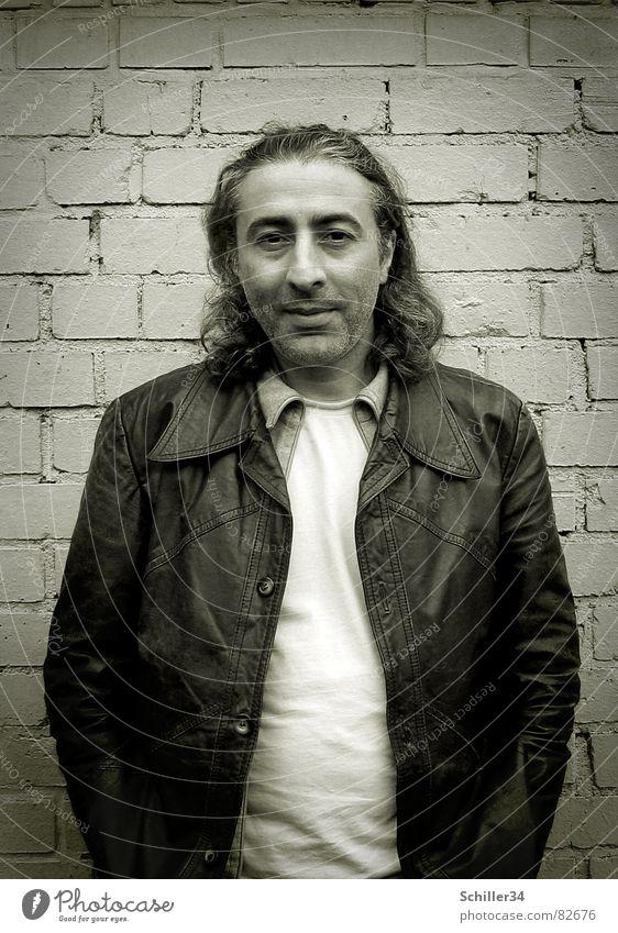 Ünal Mann schwarz Gesicht dunkel Wand grau Haare & Frisuren Stil Stein Coolness retro T-Shirt Bild Falte Freundlichkeit Fliesen u. Kacheln