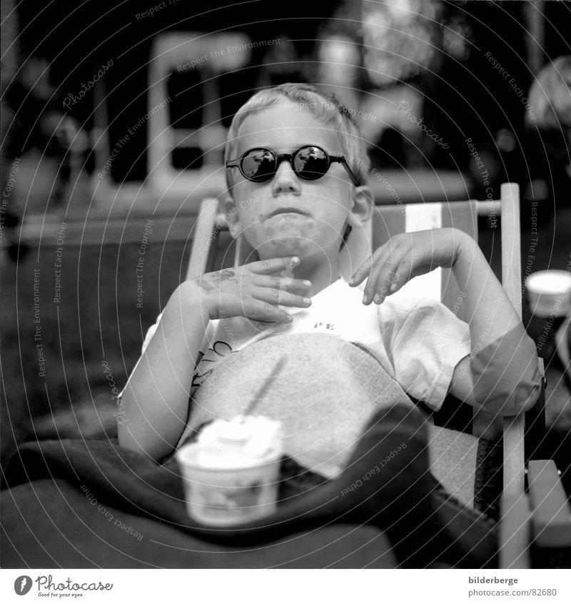 David`s trost pause Kind Freude schwarz Junge grau Garten Feste & Feiern Eis Mund Nase Frost beobachten Trauer Speiseeis Schmerz Kindergarten