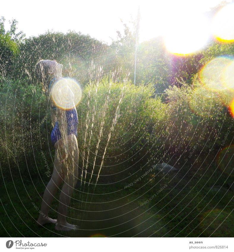Erfrischung Kind Natur Pflanze grün Wasser Sommer Erholung Landschaft Mädchen Freude Umwelt gelb Leben feminin Schwimmen & Baden Garten
