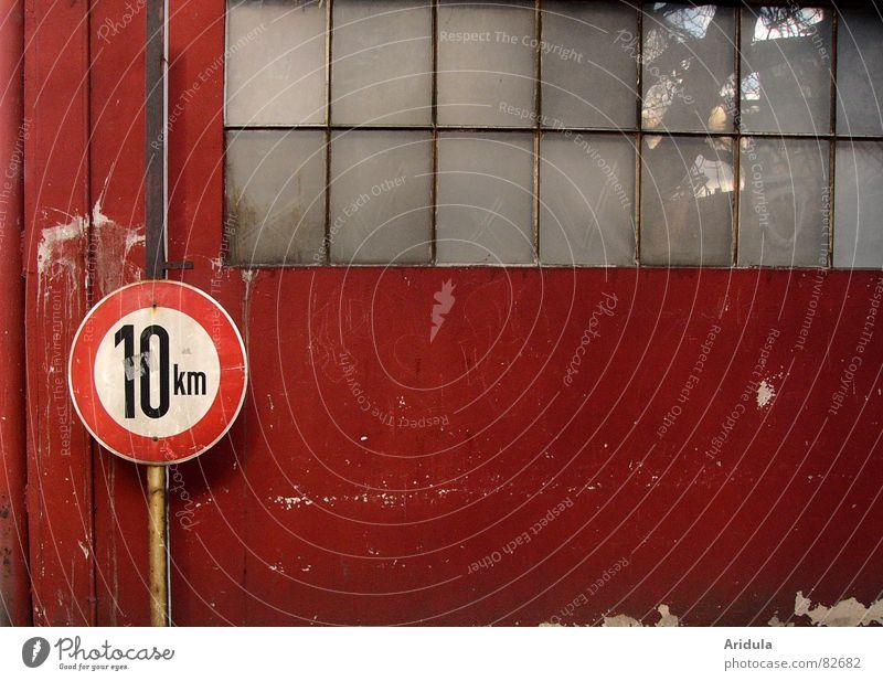10km Baum rot Straße Wand Fenster Wege & Pfade Glas Schilder & Markierungen Verkehr Geschwindigkeit Kreis Sicherheit Spaziergang Ziffern & Zahlen verfallen