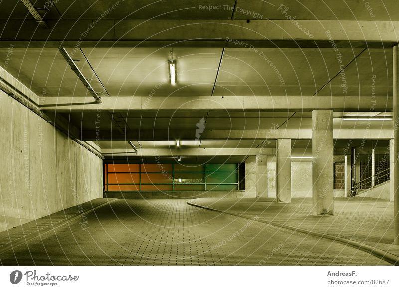 im parkhaus Einsamkeit dunkel Gebäude Angst Straßenverkehr Beton Verkehr Sicherheit KFZ gefährlich fahren bedrohlich Baustelle Tunnel Bauwerk Parkplatz