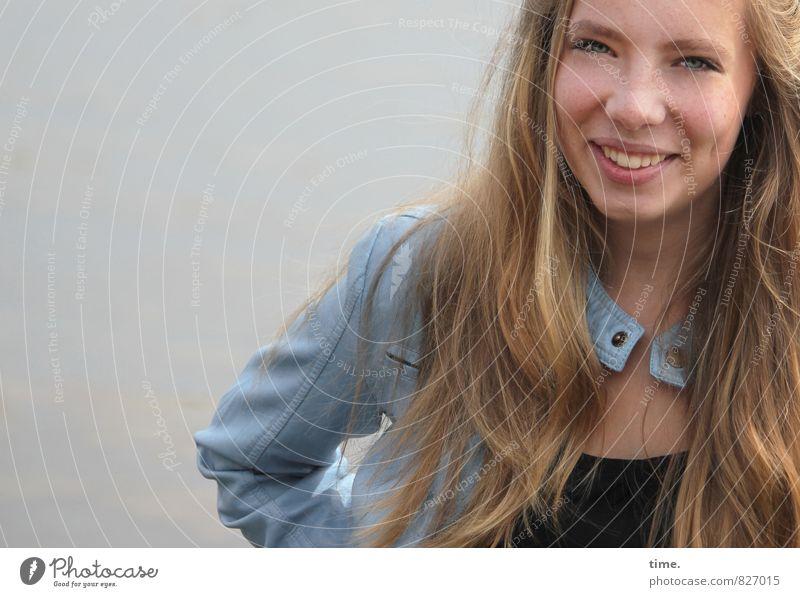 . feminin 1 Mensch Jacke blond langhaarig Lächeln lachen Freundlichkeit Fröhlichkeit Glück sportlich Gefühle Freude Zufriedenheit Lebensfreude selbstbewußt