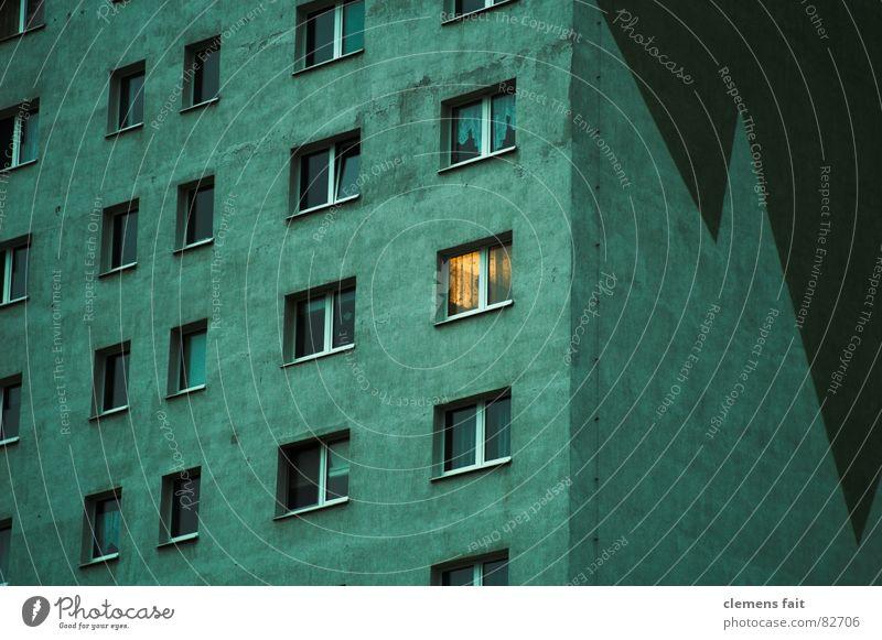 nur ein Fenster grün Haus gelb dunkel Fenster Traurigkeit hell glänzend Hochhaus hoch Trauer trist Etage