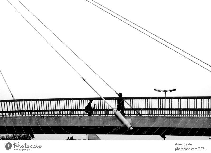 Hängebrücke Mensch alt schwarz dunkel Brücke begegnen