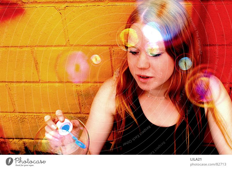 Einmal Kind sein Frau Kind Jugendliche Mädchen Freude Farbe Freiheit Seifenblase Regenbogen Seife kindlich