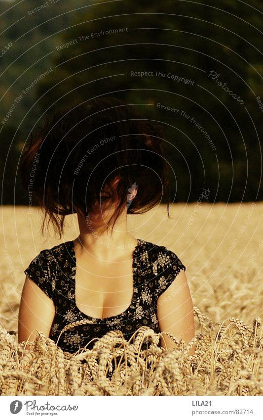 Emotionen verstecken Feld Weizen schwarz Gefühle Lebensfreude Jugendliche lachen Korn Bewegung Haare & Frisuren Freude