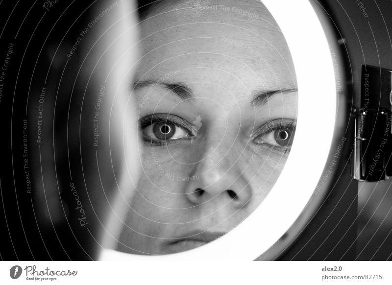 Augenringe Frau schwarz Denken nachdenklich Kreis Spiegel Konzentration Publikum skeptisch Spiegelbild Selbstportrait Pupille Regenbogenhaut Porträt