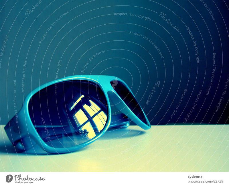 Sonnenbrille blau dunkel Fenster Gefühle Stil Raum Glas Tisch Bekleidung Coolness Brille entdecken Reichtum trendy Sonnenbrille Accessoire