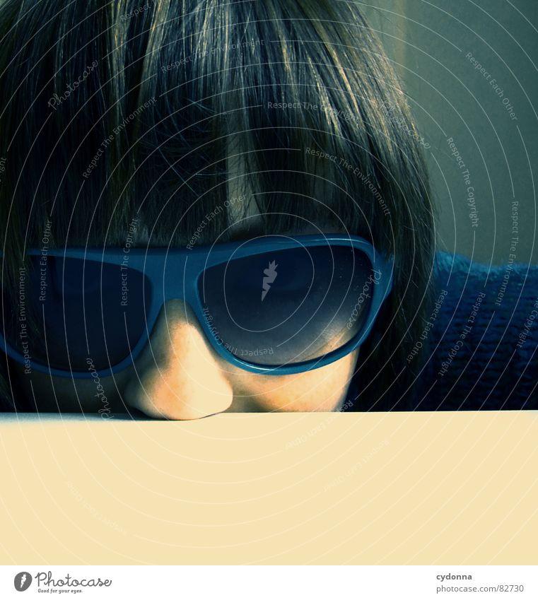 Selbstauslöser gefunden! Frau Mensch blau Gesicht dunkel Gefühle Stil Haare & Frisuren Kopf Raum Mode Glas Nase Bekleidung Tisch