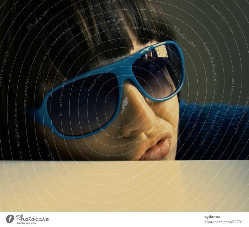 Selbstauslöser gefunden! I Frau Mensch blau Gesicht dunkel Gefühle Stil Haare & Frisuren Kopf Mund Raum Mode Glas Nase Bekleidung