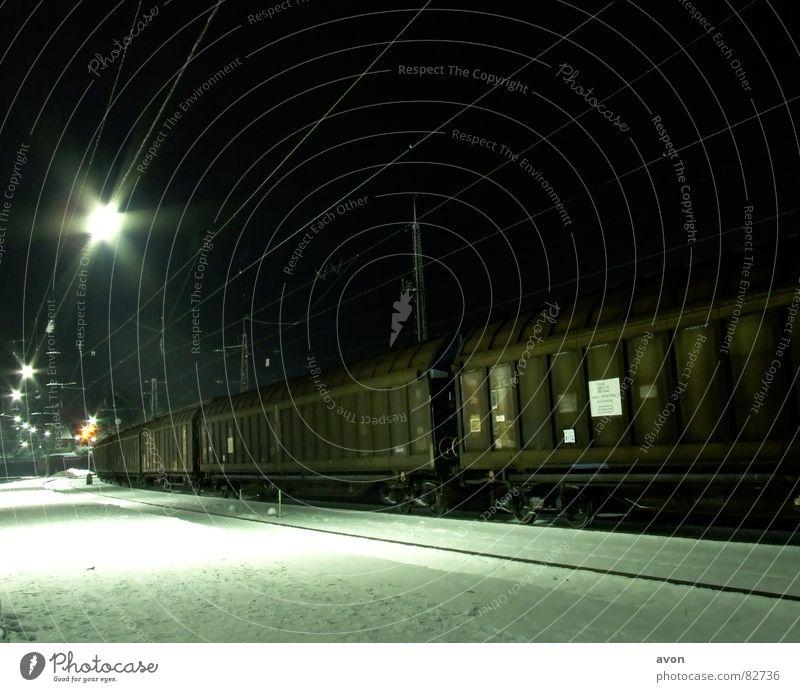 Einsame Fracht Eisenbahn Gleise Nacht Station Bahnhof D-Zug Sonderzug Schnee wagon kontainer Kabel snow