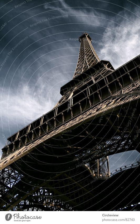 Keine Angst vor Höhe Paris Wolken Stahl Wahrzeichen Kunst dunkel aufregend beängstigend unheimlich Stimmung Tourist Tourismus Froschperspektive Nacht