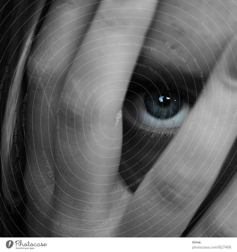 . Mensch Hand ruhig Auge Gefühle feminin Zeit warten Perspektive gefährlich beobachten Finger Schutz Sicherheit geheimnisvoll Stress