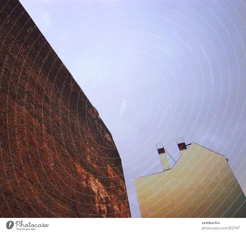 Fassaden Himmel Einsamkeit Trauer trist verfallen Verzweiflung Schornstein abgelegen Brandmauer Rückseite gefühlsarm Sozialstaat