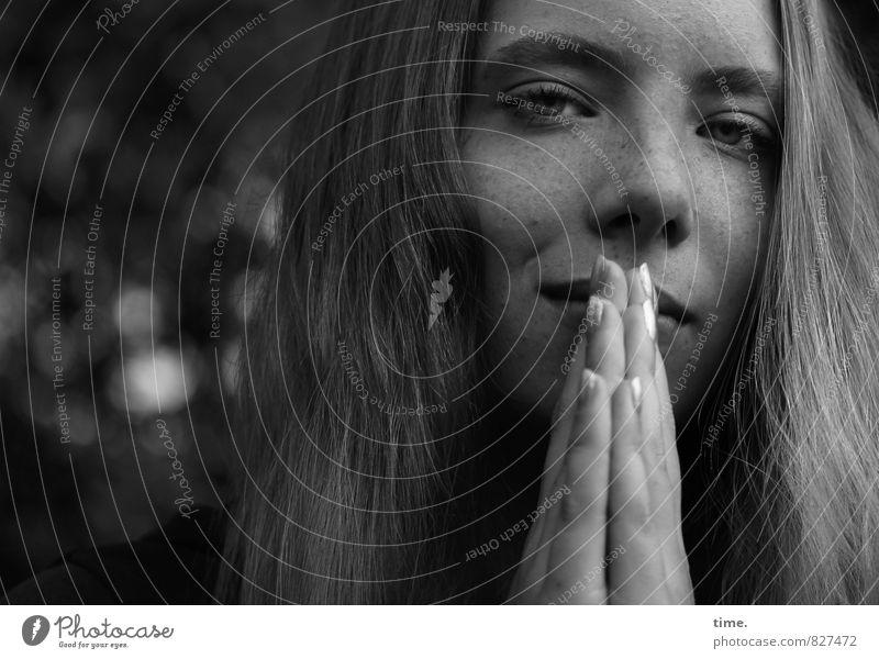 . Mensch schön Erholung Hand Gefühle feminin Kopf Zufriedenheit blond beobachten Schutz Sicherheit Neugier Vertrauen Konzentration Gelassenheit