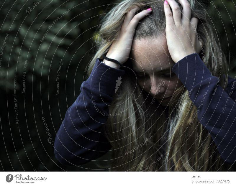 omg feminin Junge Frau Jugendliche 1 Mensch T-Shirt blond langhaarig festhalten dunkel authentisch Traurigkeit Sorge Trauer Müdigkeit Unlust Enttäuschung