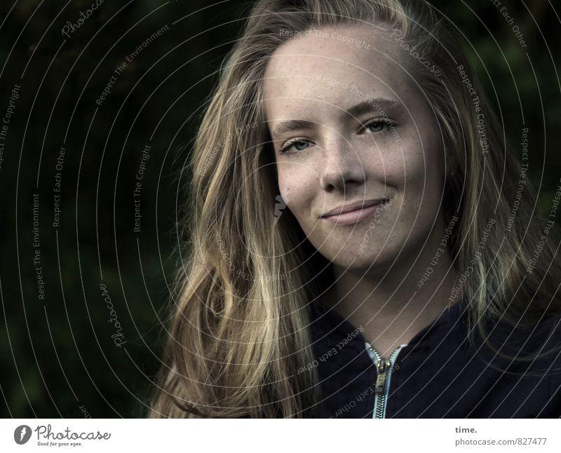 . feminin 1 Mensch Pullover Haare & Frisuren blond langhaarig beobachten Lächeln authentisch Freundlichkeit schön weich Zufriedenheit Lebensfreude Optimismus