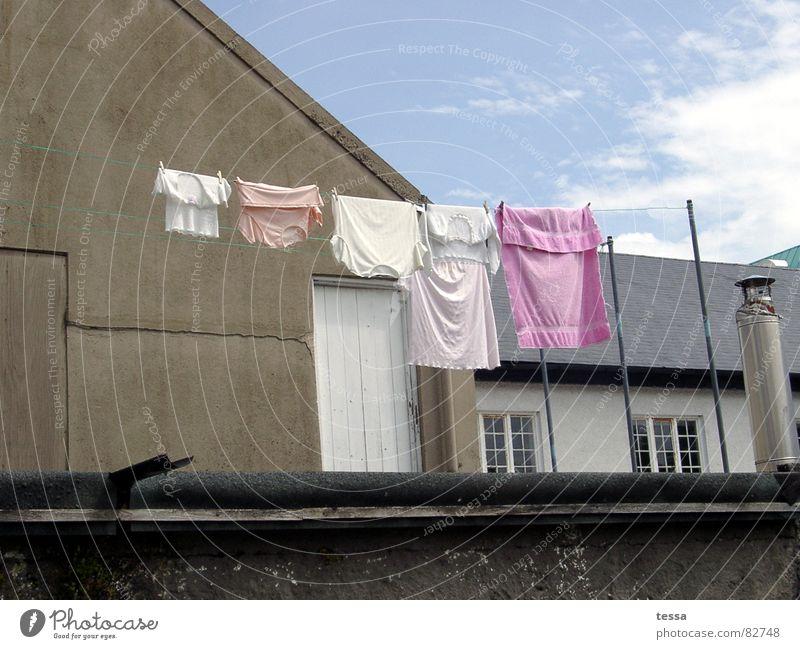 Buntwäsche Haus rosa Bauernhof Wäsche waschen Wäsche Hinterhof Waschtag