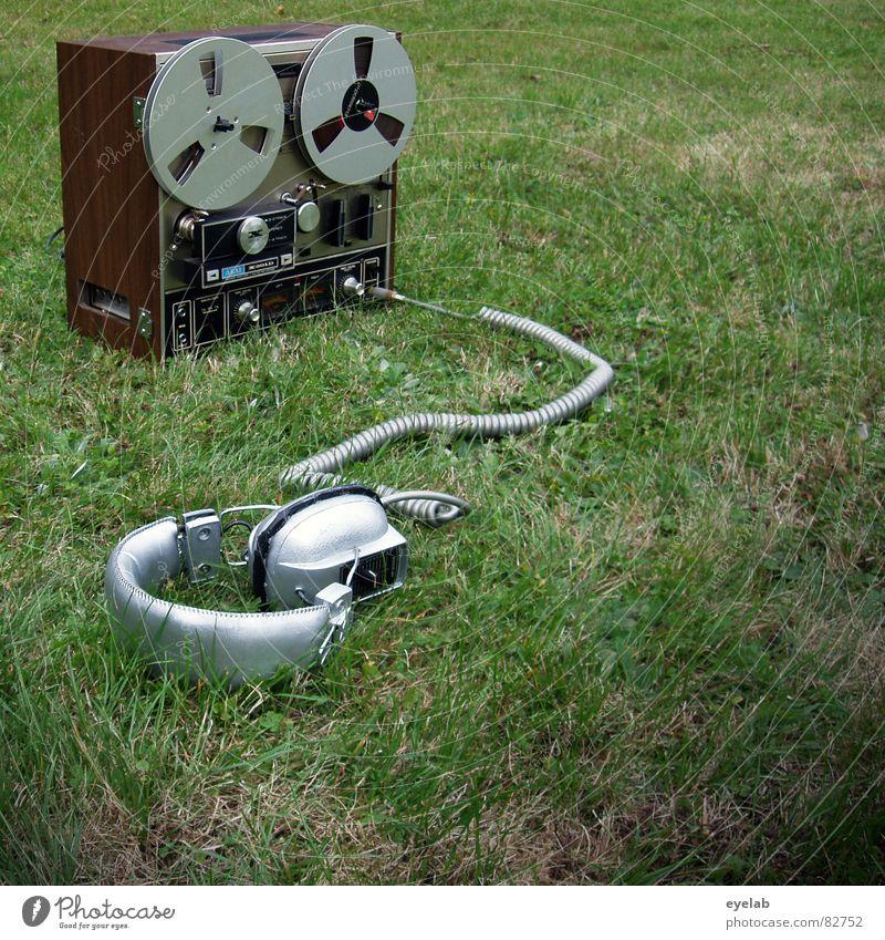 Garten Party für Singles passieren Sommer Spiralkabel Kopfhörer Tonband grün Gras Regler stereo mono stoppen Klang hören Wiese Grünfläche Radarstation Freude