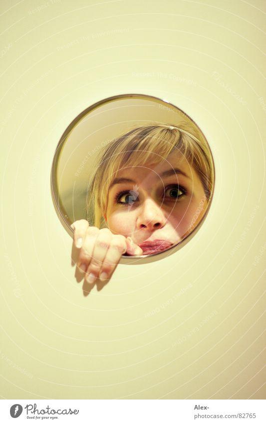 Spieglein, Spieglein und 'ne Hand Frau Freude Wand blond Kreis Spiegel verstecken Überraschung erstaunt
