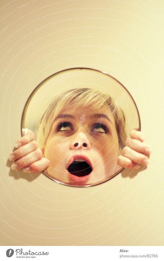 Spiegel Bild Frau Freude Wand blond Glas Kreis Bild Spiegel Reflexion & Spiegelung Überraschung erstaunt Schrecken staunen