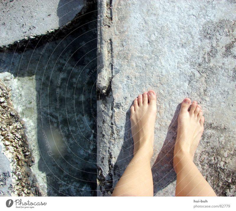 Beinfreiheit Zehen Nagel Mauer Beton zerfressen Meer Muster gehen dreckig Stein Mineralien oben dümpel Beine Fuß Wasser Linie Wege & Pfade laufen warten Blick