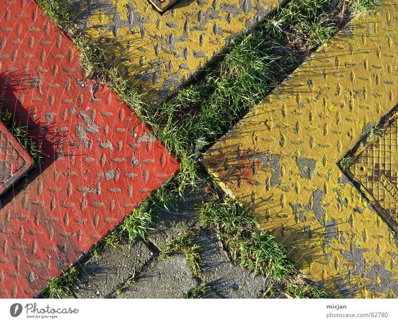 Tetris-Torte Pflanze Verkehrswege Stein Spitze gelb grau grün rot Hydrant mehrere Rechteck Geometrie Ecke hart aufmachen Bodenbelag Rasen Kopfsteinpflaster
