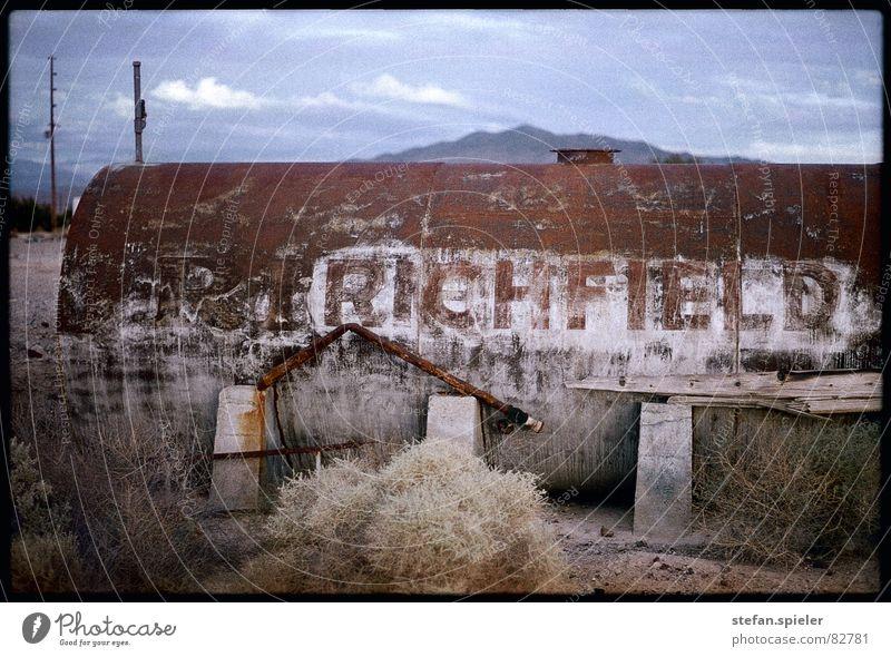 verlassen Einsamkeit abgelegen Geisterstadt Kalifornien veraltet kaputt Rost trocken Ödland Menschenleer Abend Schrott Dürre Wüste Tank überholt dünn