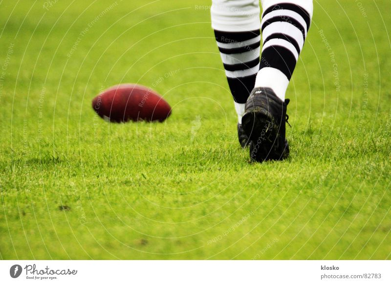 Football grün ruhig Sport Spielen Schuhe Beine Kraft Erfolg Ball Rasen Ei Leder Strümpfe extrem Angriff