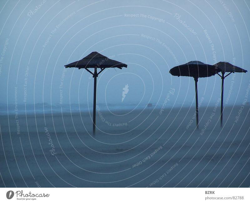 Sturm am Strand Meer Sand Wind Sonnenschirm Wetterschutz