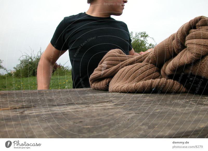 ausstrecken Mann Natur Holz T-Shirt Bank Jacke