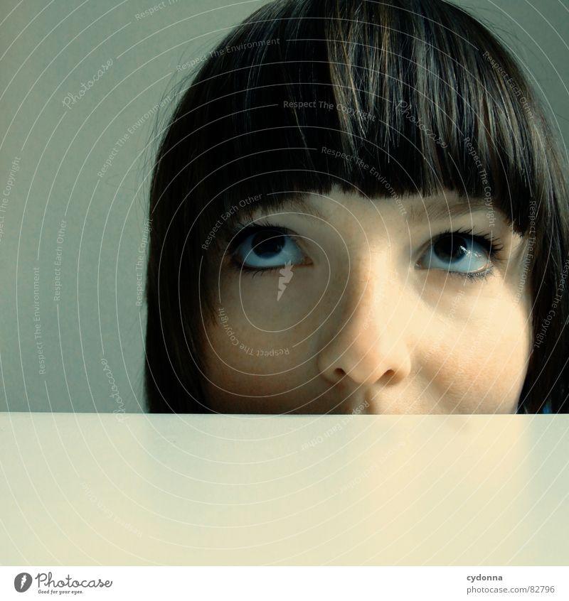 Selbstauslöser gefunden V Frau Mensch Freude Gesicht Auge Gefühle Spielen Stil Haare & Frisuren Kopf Denken Raum warten Nase Konzentration verstecken