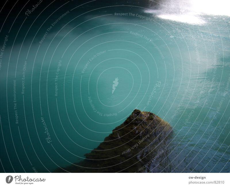 Sprung ins Blaue blau grün Wasser Sommer Sonne ruhig Strand Ferne Küste See Stein Sand Horizont Luft Felsen Park