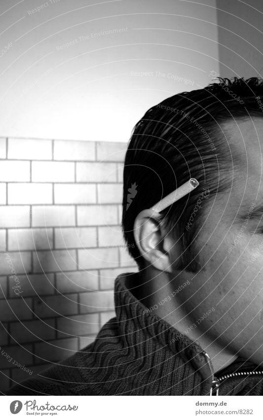 die Zigarette danach ... schwarz weiß Mann Mauer Schwarzweißfoto thomas Haare & Frisuren Fliesen u. Kacheln Ohr
