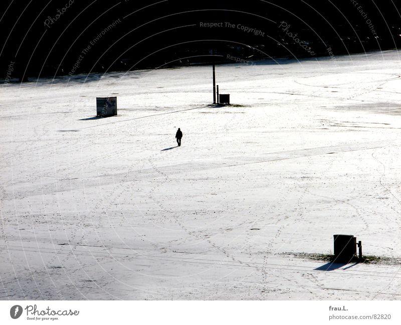 Platz Mensch Stadt Einsamkeit Straße kalt Schnee klein gehen Hamburg Spuren Mond Verkehrswege Fußspur Schönes Wetter Miniatur