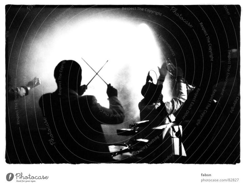 HELL ON STAGE Trompete Blaskapelle durchdrehen Trommelschlegel Reggae Licht schwarz Bühne singen musizieren Band Lied Teamwork Projektor Streulicht