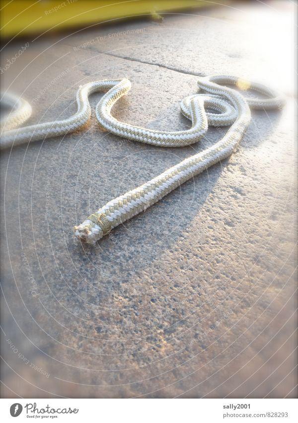 alles hat ein Ende... Hafen Seil Schnur Kunststoff liegen seilhüpfen Tauziehen werfen lang maritim rund festbinden Verbindung schlangenförmig abgeschnitten