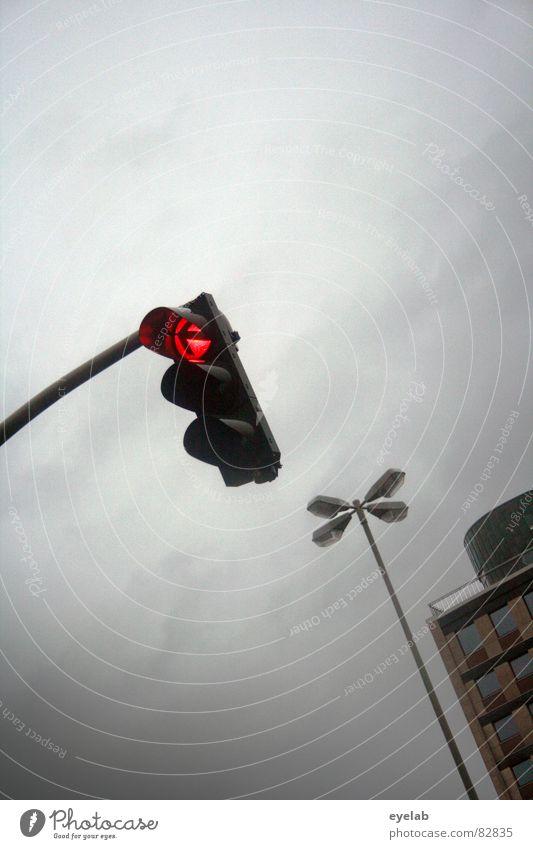 Urbane Interaktion Ampel Haus Gebäude Hochhaus Lampe Laterne Wolken Fenster grau rot Stadt Verkehr Verkehrsstau Sehnsucht Hoffnung Stimmung Trauer Einsamkeit