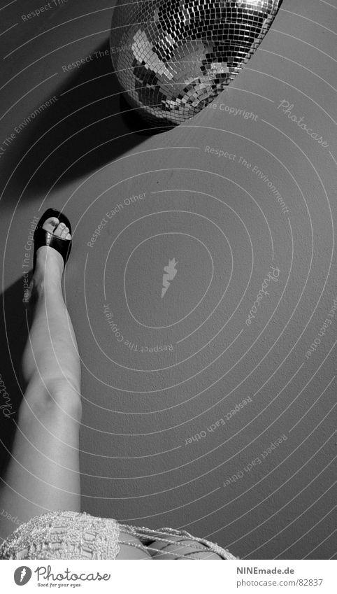 Gute Aussichten weiß schwarz Erotik Discokugel Schuhe Perspektive heiß feminin Frau Knie aufregend Sandale lichtvoll Zehen durcheinander grau Wand