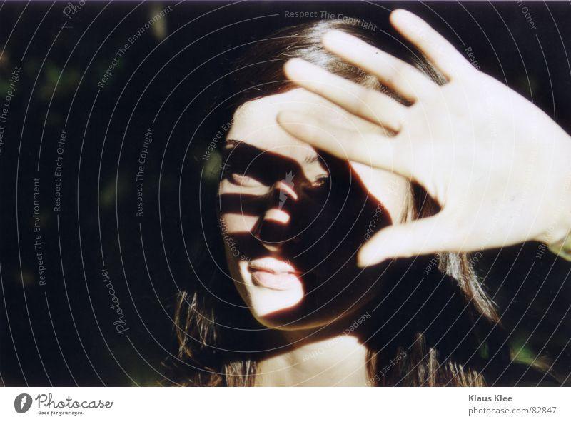 hand Hand Sommer Auge Schutz Raster Vor dunklem Hintergrund